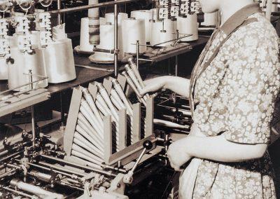 In der Arbeitsvorbereitung wurden die gelieferten Garne auf kleine Spulen aufgespult