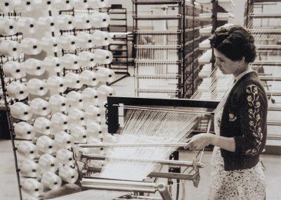 Kettfäden werden zu einem Zettelsatz verarbeitet